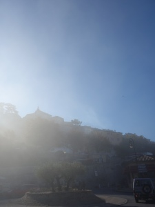 Die obere Kirche im Gegelicht des Nebels